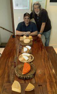 Especialista e o produtor do queijo