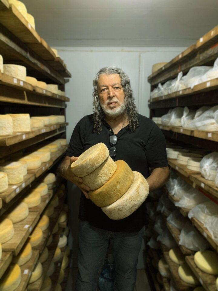 Especialista toca queijos especiais